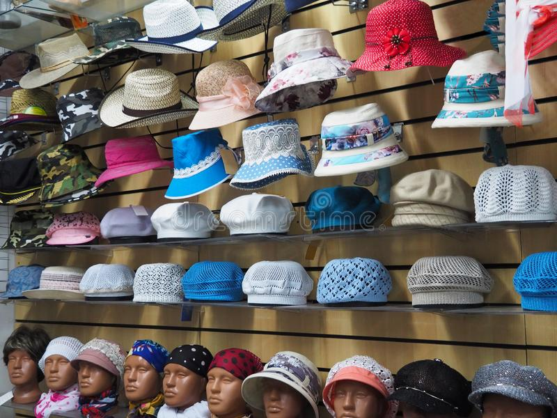 Hüte auf den Regalen und Mannequins in den Perücken im Speicher stockbild