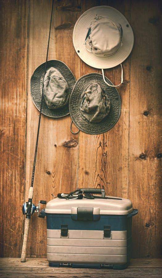 Hüte, die an der Wand mit Fischereiausrüstung hängen lizenzfreie stockfotos