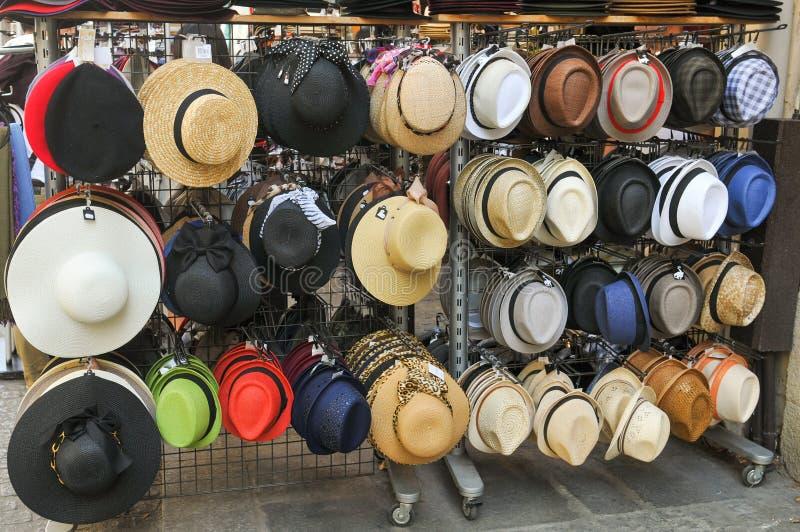 Hüte für Verkauf in Paris stockbild