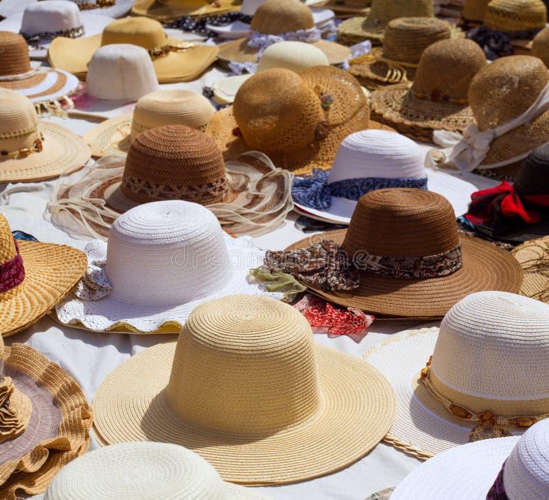 Hüte zeigen auf einem Straßenmarkt im Freienan stockfoto