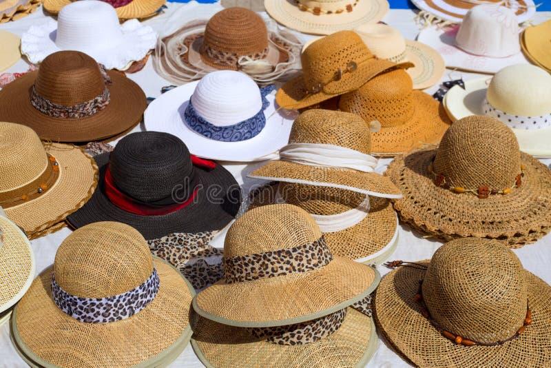 Hüte zeigen auf einem Straßenmarkt im Freienan stockfotografie