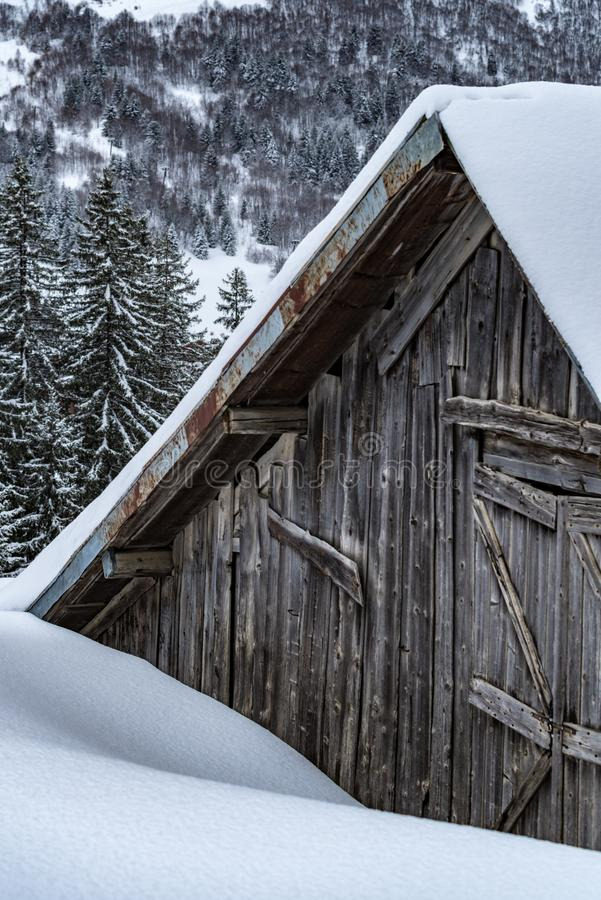 Hütte aus Holz im Schnee lizenzfreies stockbild