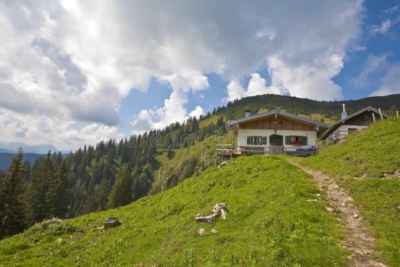 Hütte in den bayerischen Alpen lizenzfreies stockbild