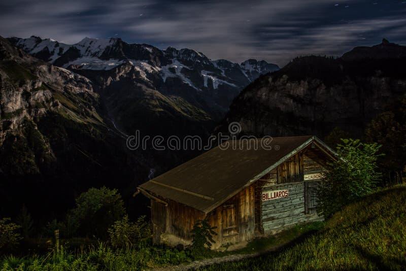 Hütte in den Schweizer Alpen stockfotografie