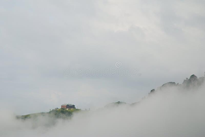 Download Hütte in den Wolken stockbild. Bild von gebäude, spitzen - 26352741