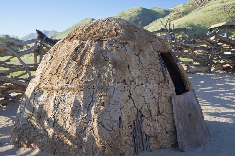 Hütte des Himba-Stammes in Namibia stockbild