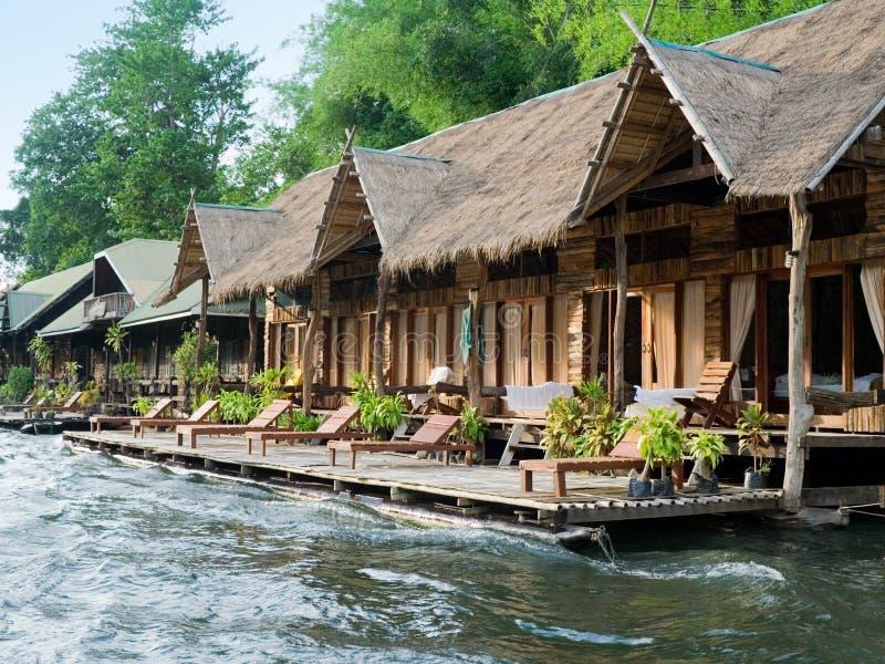 Hütten auf dem Fluss stockbild