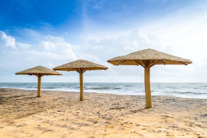 Hütten auf Strand lizenzfreies stockfoto