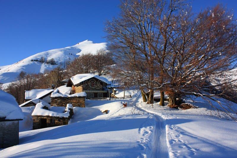 Hütten mit Schnee lizenzfreie stockfotografie