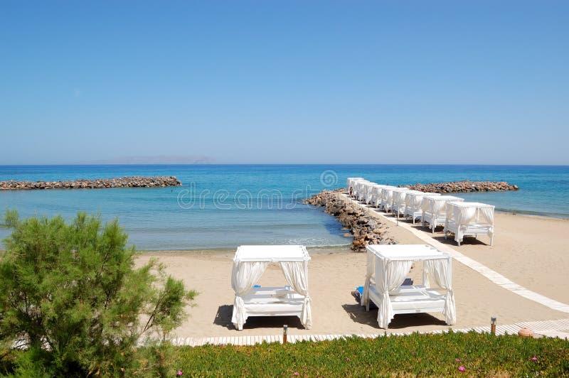 Hütten am Strand des Luxushotels stockfotos