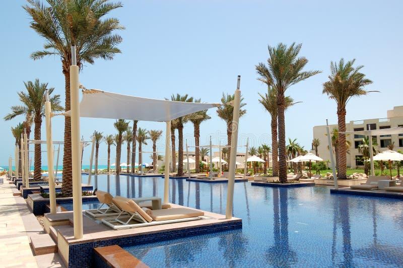 Hütten am Swimmingpool des Luxushotels lizenzfreies stockbild