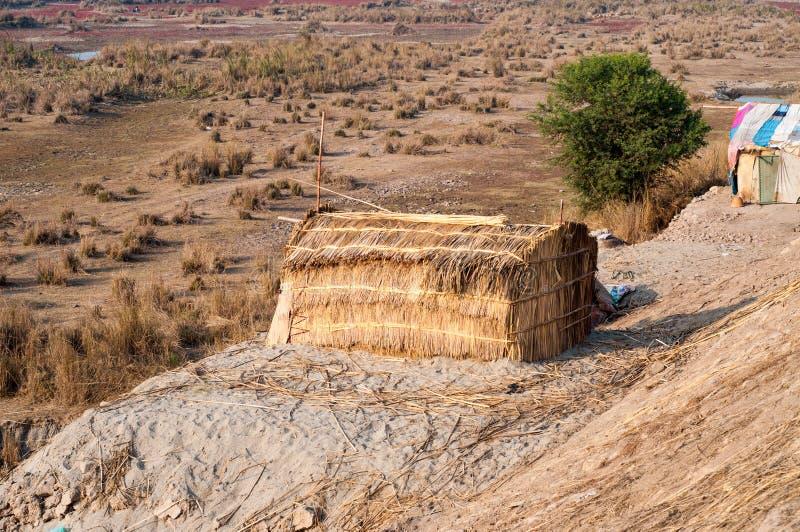 Hüttenhaus in der Wüste stockfotos