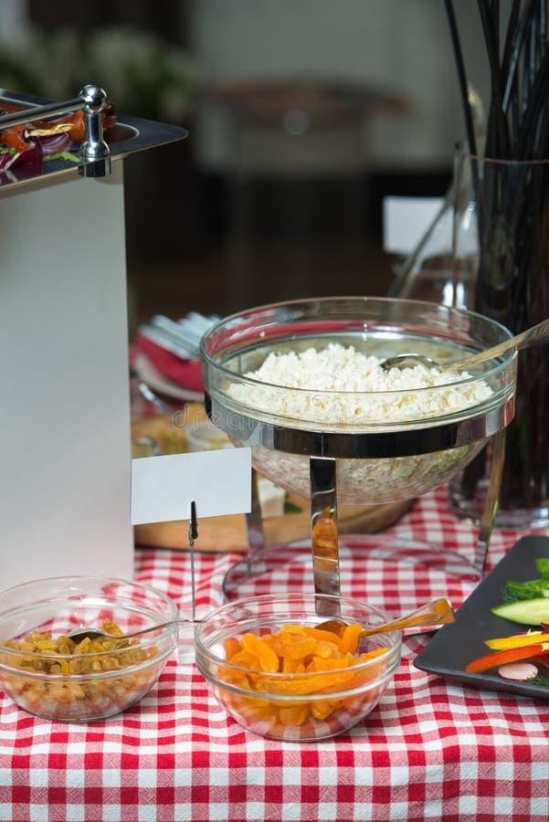 Hüttenkäse in einem Glasteller aprikosen stockbilder