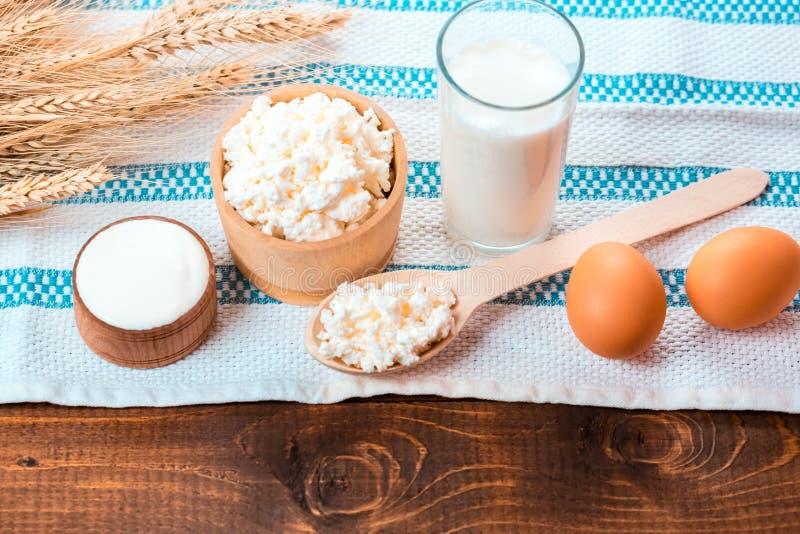 Hüttenkäse, Glas Milch, zwei Eier, lizenzfreie stockfotografie