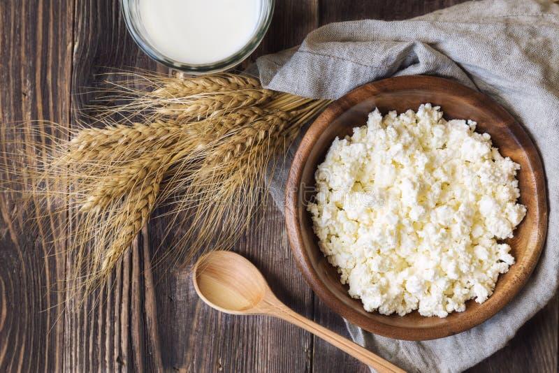 Hüttenkäse, Milch und Ohren des Weizens lizenzfreies stockfoto