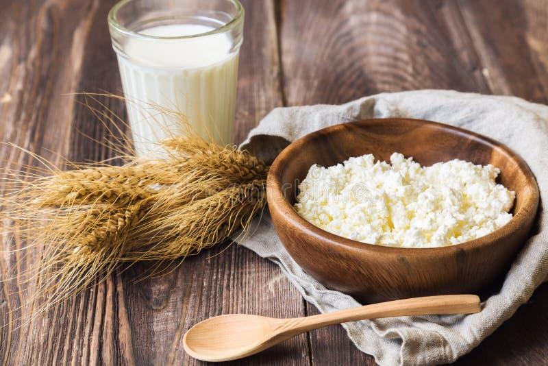 Hüttenkäse, Milch und Ohren des Weizens stockfotografie