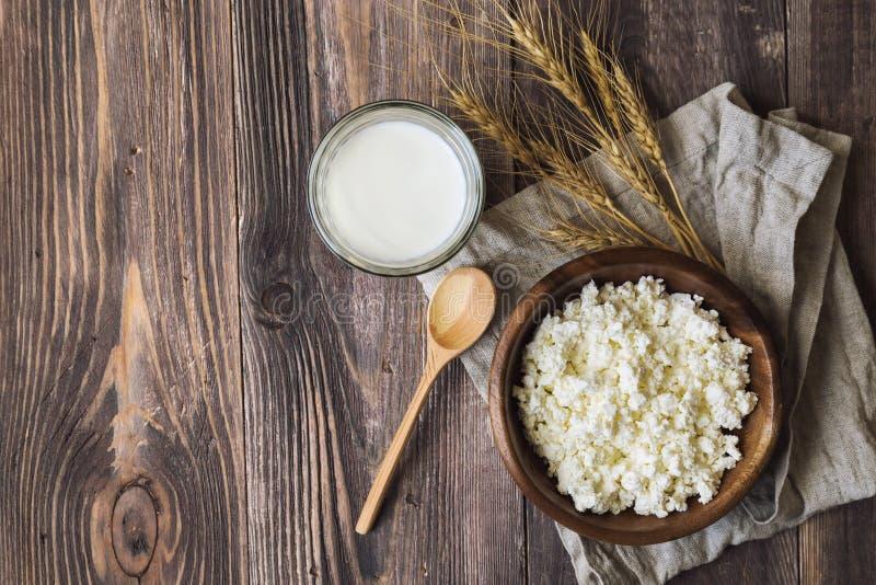 Hüttenkäse, Milch und Ohren des Weizens stockfoto