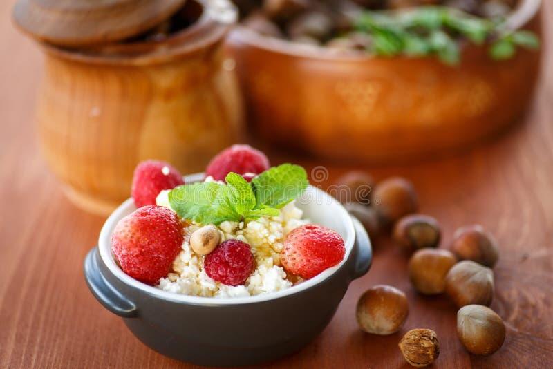 Hüttenkäse mit Frucht und Nüssen lizenzfreie stockbilder