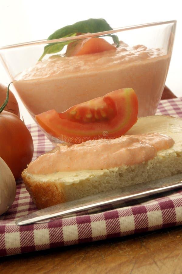 Hüttenkäse mit Tomate lizenzfreies stockbild