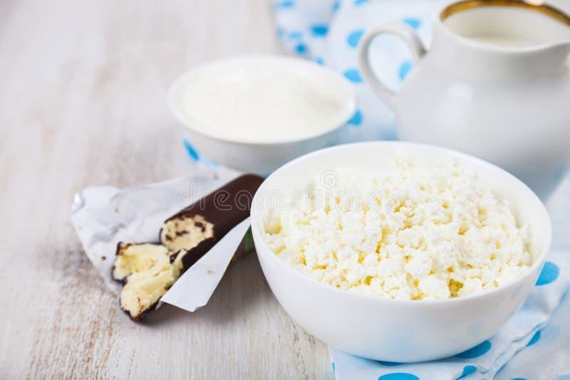 Hüttenkäse, Sauerrahm und Milch lizenzfreie stockbilder