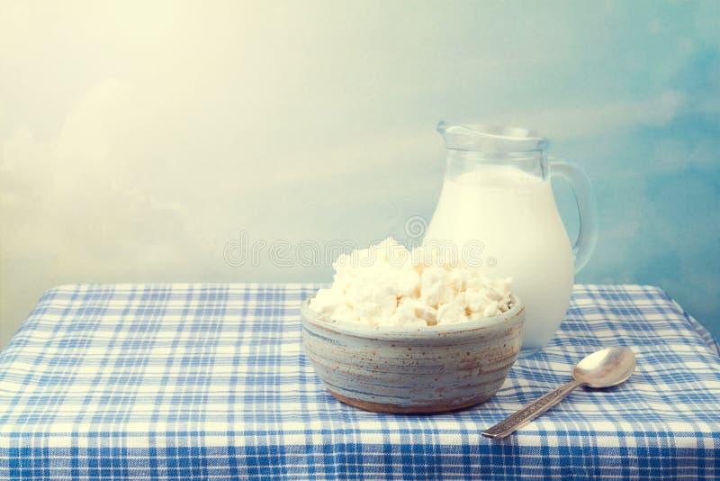Hüttenkäse und Milch lizenzfreie stockfotografie