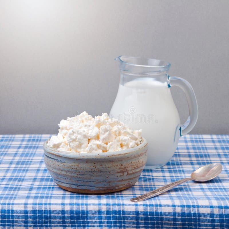 Hüttenkäse und Milch auf Tischdecke jüdisches Feiertag Shavuot-Konzept stockfoto