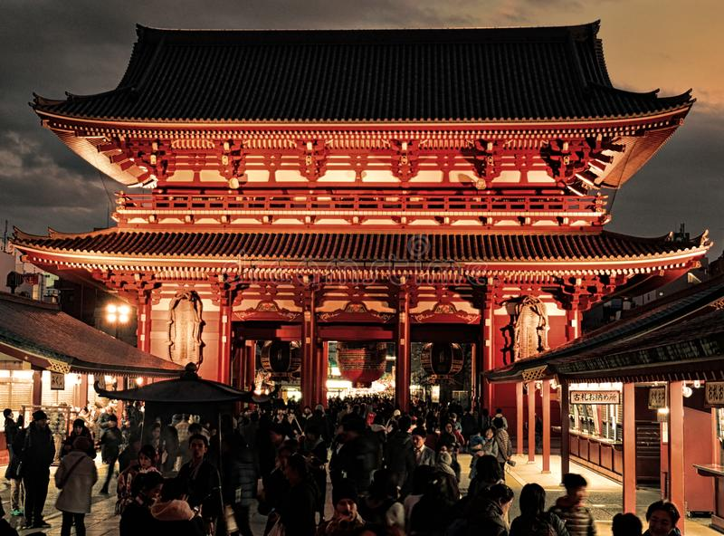 Hōzōmon Tokyo Asakusa åskadörr 25th december 2017 royaltyfria bilder