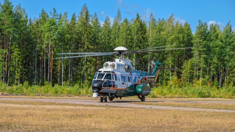 H215直升机原为欧洲直升机AS332,芬兰边防警卫队的OH-HVP型超级彪马重型通用飞机。芬兰科特卡- 2019å 免版税库存照片