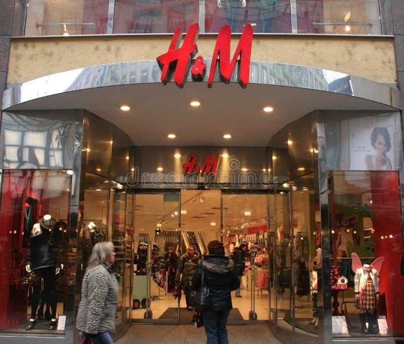 H&M Hennes & Mauritz AB winkelt en embleem stock afbeeldingen