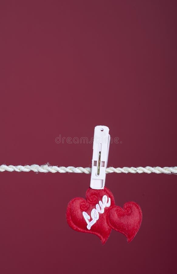 hängande hjärtor två för clotheline arkivfoto