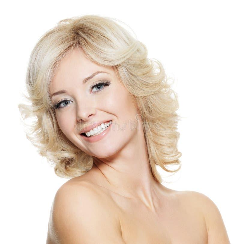 härlig blond lycklig ståendekvinna arkivbild