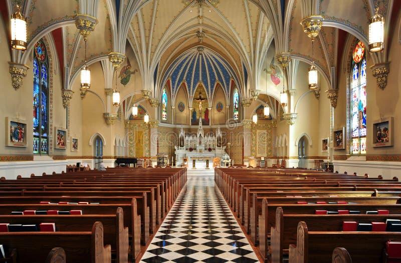 härlig katolsk kyrkainterior arkivfoton