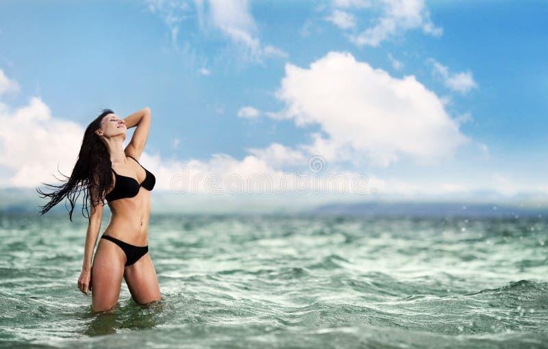 härlig kvinna för strand royaltyfri fotografi