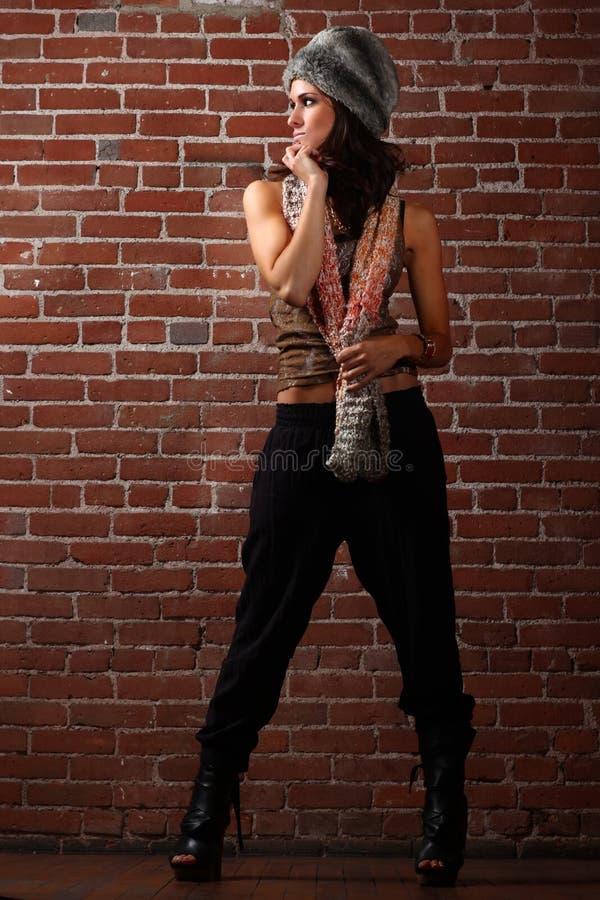 härlig tegelstenkvinna för bakgrund royaltyfri bild