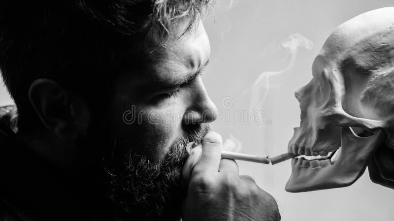 H?bitos da?osos Destruya su salud El fumar es da?oso H?bito para fumar el tabaco para traer da?o a su cuerpo Causa que fuma fotos de archivo libres de regalías