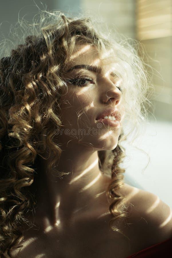 H?bsche Frau Gl?nzendes lockiges Haar Frau des lockigen Haares Schönes Haar, Porträt eines jungen Mädchens Reizend Frau Wellenf?r stockbild