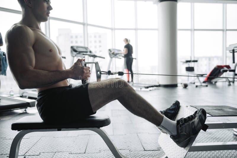 H?bsche starke athletische M?nner, die oben bodybuildenden Konzepthintergrund des Muskeltrainings - muskul?ses Handeln der Bodybu stockfotografie