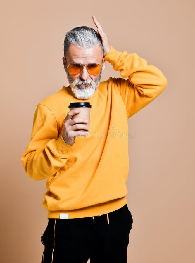 H?bscher b?rtiger Mann mit Papierschale Morgenkaffee lizenzfreie stockbilder