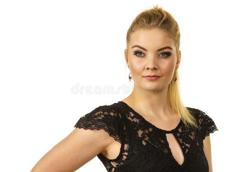 H?bsches elegantes Modell der jungen Frau lizenzfreie stockfotos