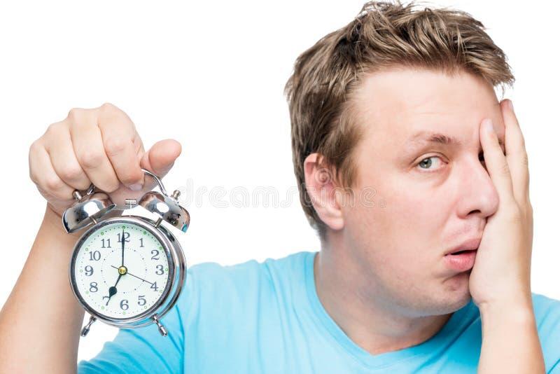 7h du matin sur le réveil Un portrait d'un homme somnolent photos stock