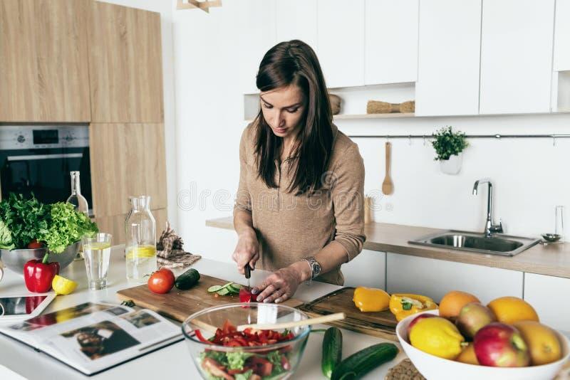 H för mat för kök för hem för sallad för sommar för kvinnamatlagninggrönsak sunt arkivfoton
