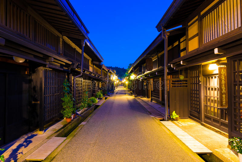 H för skymning för Takayama gammal stad centrerat gatabyggnader fotografering för bildbyråer