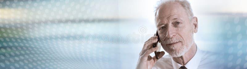 H?g aff?rsman som talar p? mobiltelefonen panorama- baner arkivbild