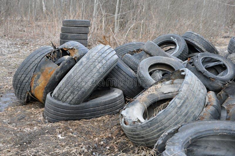 H?g av gamla gummihjul och hjul f?r gummi?tervinning arkivfoton