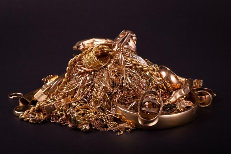 H?g av guld- objekt f?r rest arkivbild
