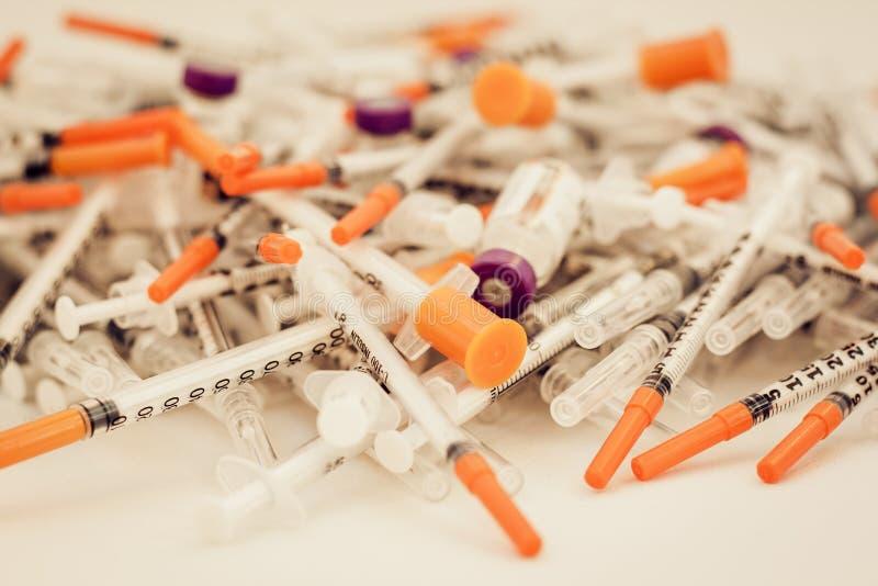 H?g av medicinska injektionssprutor f?r insulin f?r sockersjuka royaltyfria foton
