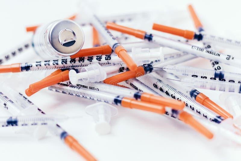 H?g av medicinska injektionssprutor f?r insulin f?r sockersjuka royaltyfria bilder