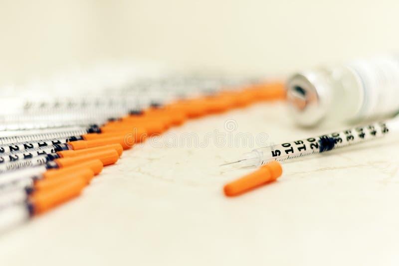H?g av medicinska injektionssprutor f?r insulin f?r sockersjuka royaltyfri foto