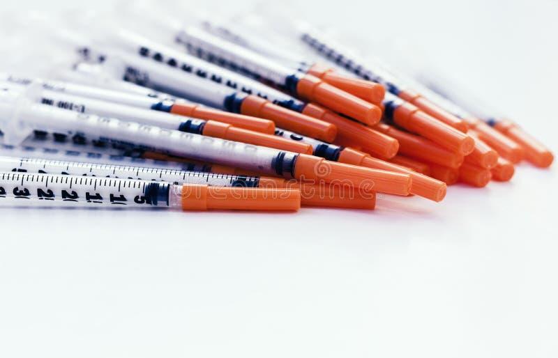 H?g av medicinska injektionssprutor f?r insulin f?r sockersjuka arkivfoto