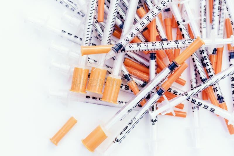 H?g av medicinska injektionssprutor f?r insulin f?r sockersjuka royaltyfri fotografi